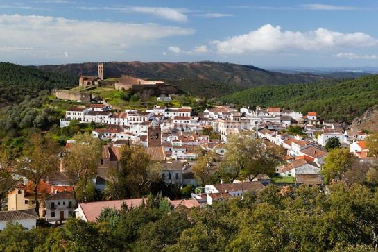 Spanien, Andalusien, Provinz Huelva, Almonaster la Real: Dorfansicht mit Mezquita im Parque Natural Sierra de Aracena y picos de Aroche